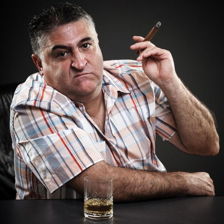 Полный мужчина курит и пьёт фото