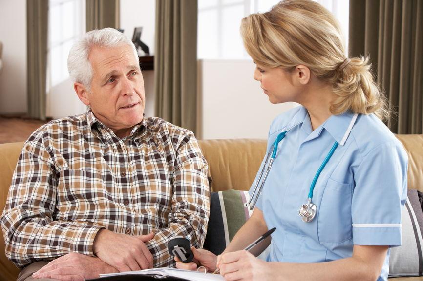 Медсестра и пожилой мужчина фото