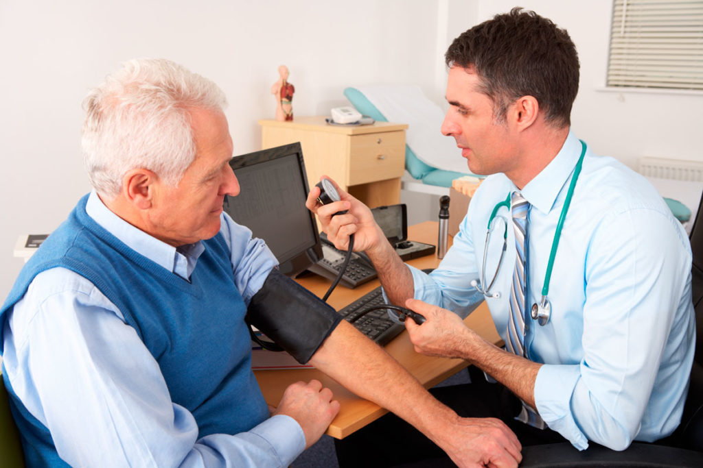 Пожилой мужчина на приёме у врача фото