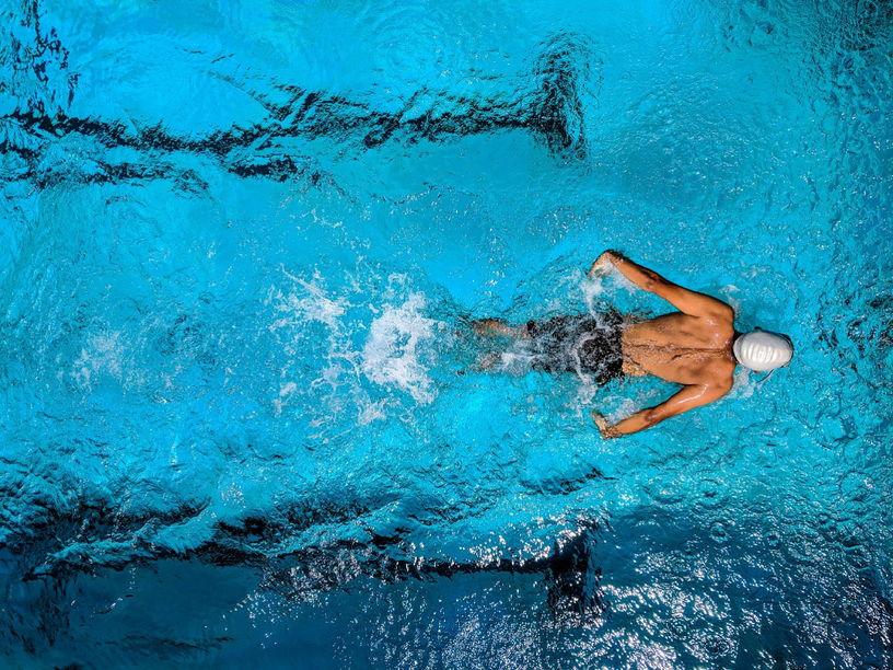 Мужчина плавает фото